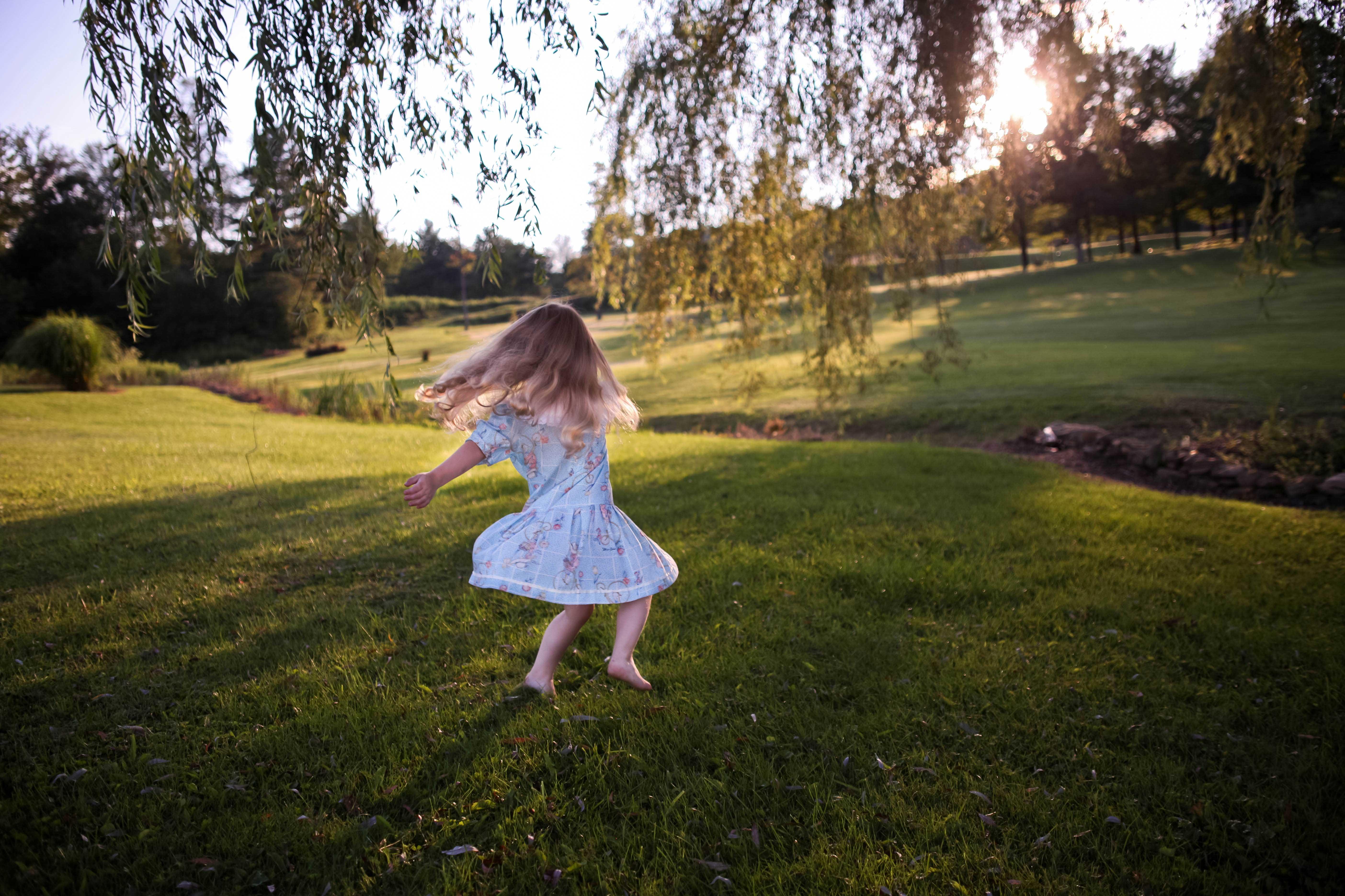 ילדה רוקדת