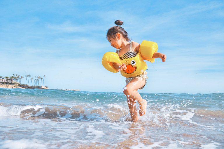 ילדה משחקת בחוף הים