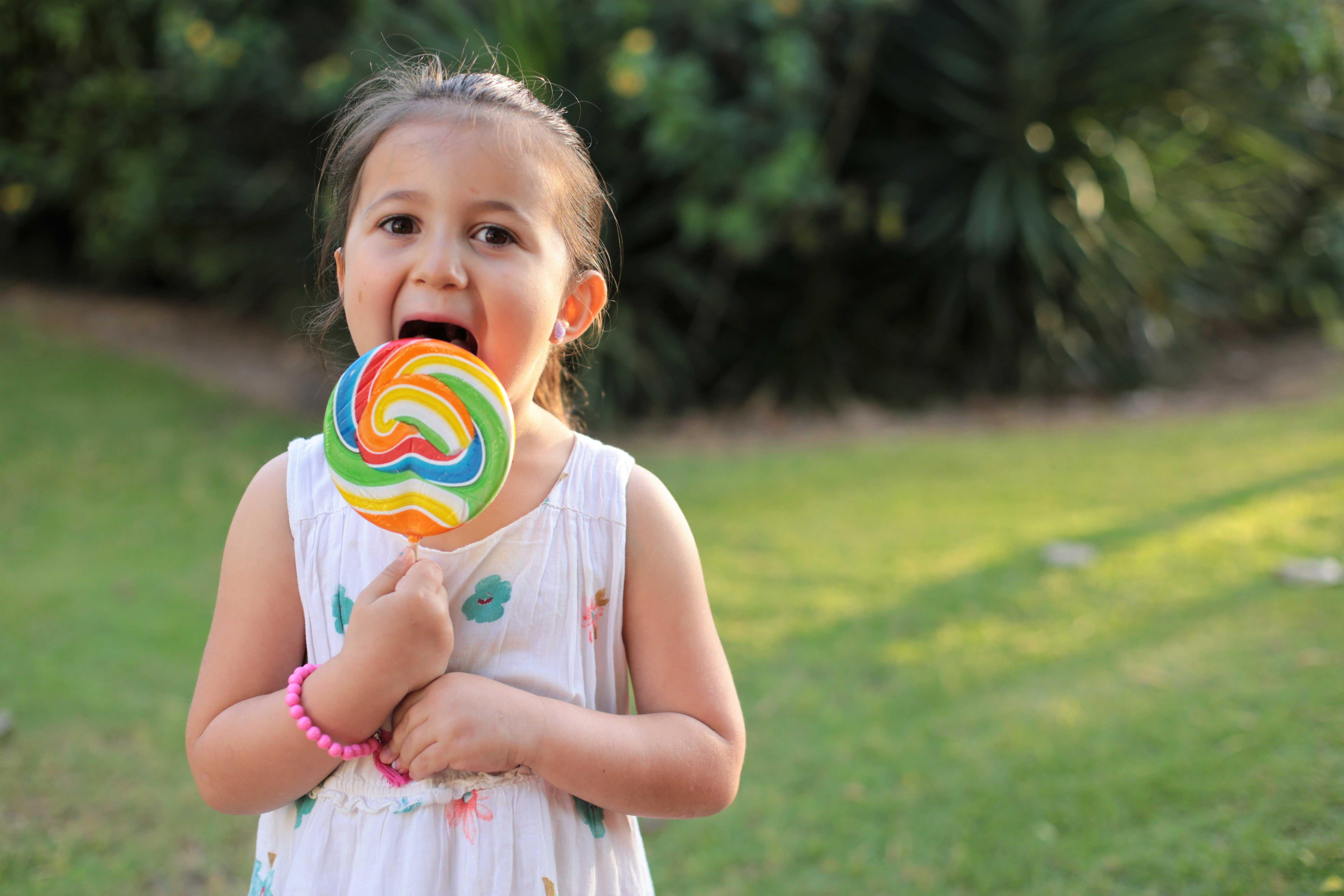 ילדה מחזיקה סוכריה