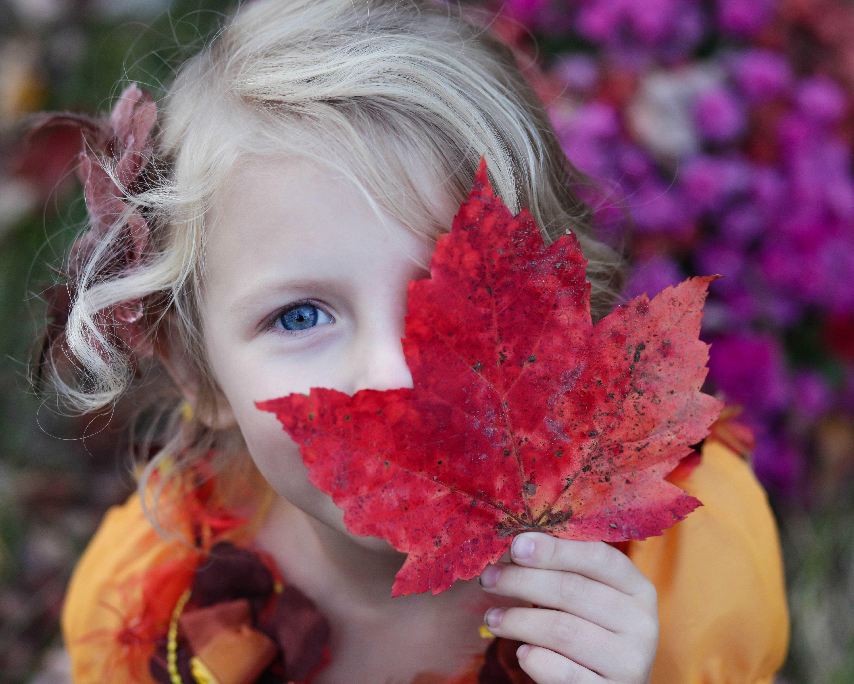 ילדה מחזיקה עלה