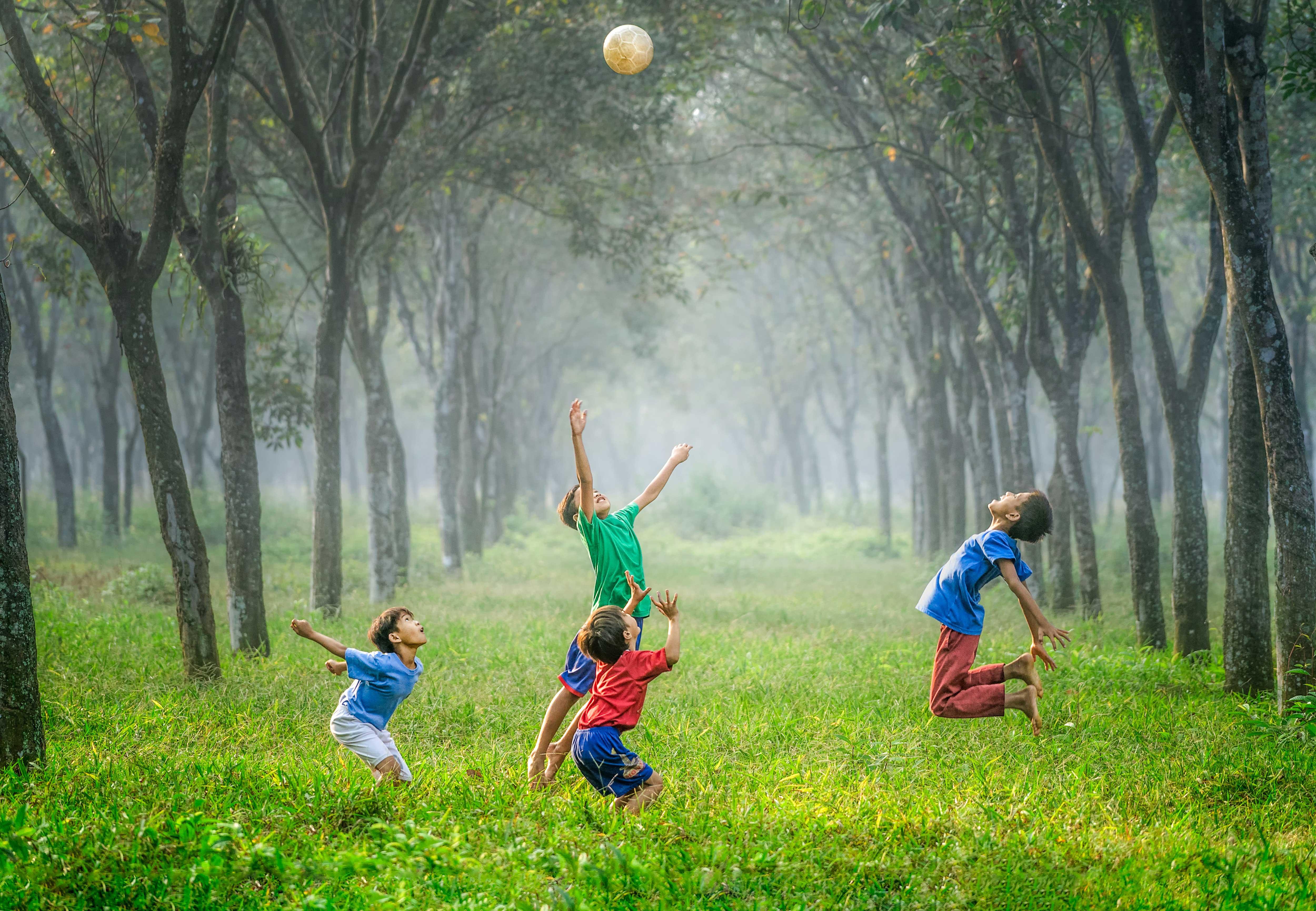 ילדים משחקים ביחד